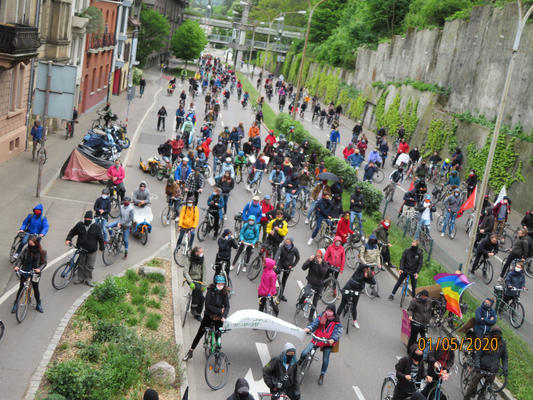 Viele Menschen auf Fahrrädern beim Schwabentor