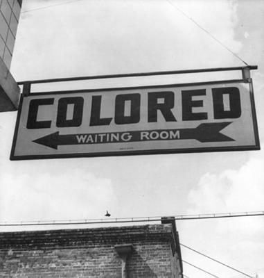 Esther Bubley creator QS:P170,Q3058959, 1943 Colored Waiting Room Sign, als gemeinfrei gekennzeichnet, Details auf Wikimedia Commons
