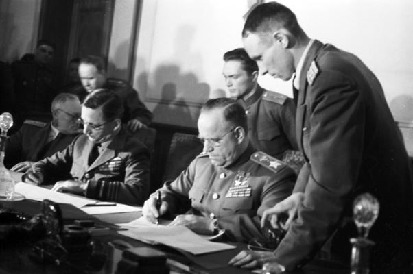 Luftmarschall Tedder (Großbritannien) und Marschall Shukow (Sowjetunion) nehmen die bedingungslose Kapitulation der deutschen Wehrmacht entgegen, Berlin-Karlshorst, 8./9. Mai 1945