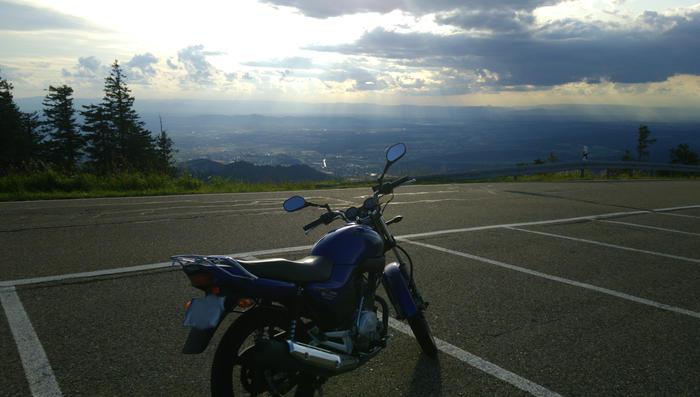 Ein Motorrad auf dem Kandel