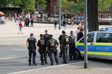 »Beweissicherungs- und Festnahme-Einheit« der Polizei beobachtet das Geschehen