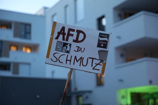 """Ein Schild mit der Aufschrift """"AfD du Schmutz"""""""