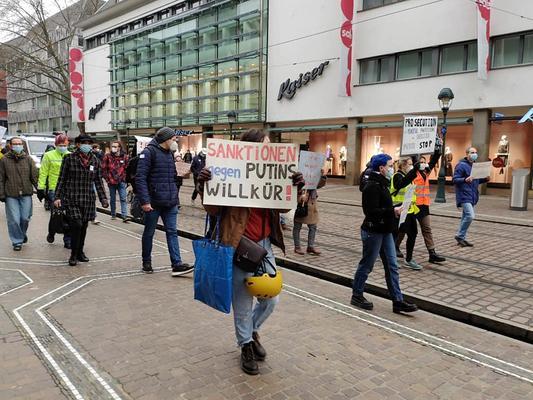 Russischer Demozug durche die Freiburger Innenstadt