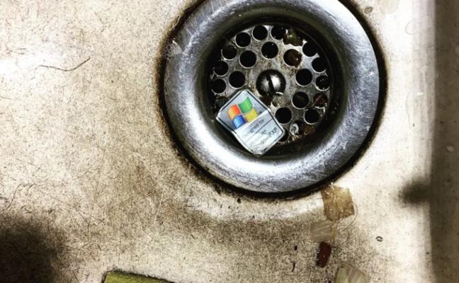 Windows XP Sticker im Abfluss