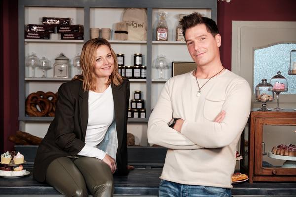 """Nina Weisz (""""Corinna Weigel"""") und Jan Ammann (""""Chris Weigel"""") am Set von UNTER UNS. Foto: (c) TVNOW / Stefan Behrens"""