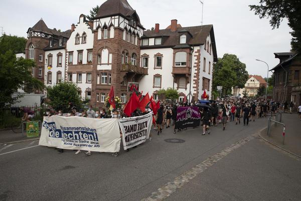 Ein antifaschistischer Demonstrationszug bewegt sich durch die Lorettostraße