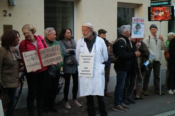 Protest von rechtsoffenen ImpfgegnerInnen an Angell Schule