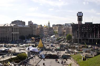 Auf dem Bild ist der Majdan bei sonnigem Wetter mit Spaziergängern aus der Vogelperspektive abgebildet.