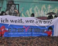 """Transpi beim IDAHOBIT in Freiburg. Spruch: """"Ich weiß, wer ich bin. Wer dich negiert, spürt unseren Zorn. solidarische trans*inter*non-binary selbstverteidigung"""