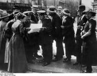 Berliner Bevölkerung mit Extrablatt, August 1914