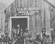 Die ersten Türsteher gab es in den Wildwest-Saloons, sagt Wikipedia: Saloon von J.W. Swart in Charleston, Arizona 1885