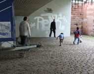 Szene aus der gruseligen No Go Area auf dem Stühlinger Kirchplatz unter der Stadtbahnbrücke