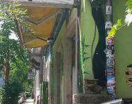 Auf dem Bild sieht am das Schild und die Fassade des Kyosk
