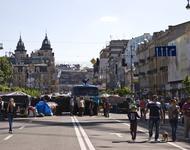 Man sieht auf dem Bild, den Maidanplatz, mit Wasserwerfer, Barrikaden und spazierenden Familien