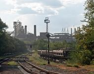 Auf dem Bild sieht man Fabriken und Bahnschienen.