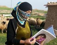 Frau mit Broschüre