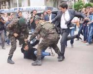 erdogans vertrauter yusuf yerkel tritt am boden liegenden demonstranten