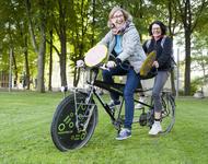 Zwei Menschen auf einem Rad