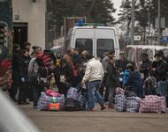 Abgeschobene Familien vor Abflug am 24.02. am Baden-Airpark