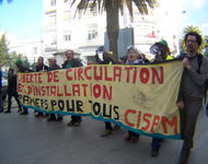 Bewegungs- und Niederlassungsfreiheit! Papiere für Alle!. Transparent auf Abschlussdemo des Weltsozialforums 2015 in Tunis