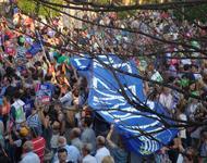 """""""Wir bleiben Sklaven"""": Dieses Transparent wurde Ja-DemonstrantInnen in Thessaloniki untergejubelt und 20 Minuten von ihnen hochgehalten, bevor sie bemerkten, dass ihr Slogan """"Wir bleiben in Europa"""" leicht abgewandelt worden war..."""