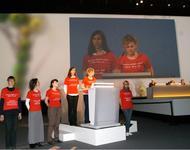 Felicitas Rohrer am Pult mit weiteren Frauen