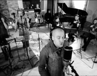 Gustavo mit Chor und Orchester im Studio