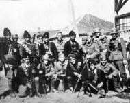 Tschetniks posieren mit Wehrmachtssoldaten