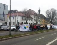 """Demonstrationszug vor dem Colombipark. Das Fronttransparent trägt die Aufschrift """"Bildung baut Brücken. Freie Bildung für alle"""""""