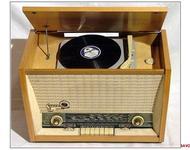 Sowjetisches Radiogerät und Plattenspieler der Marke Sakta