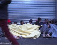 MigrantInnen kauern sich unter Decken zusammen in der Nähe der Halle Pajol, im 18. Bezirk von Paris, am 10. Januar 2017