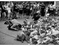 Trauernde Personen am Gedenkort für die Toten des Amoklaufs am 22. Juni 2016