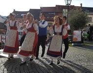 Der traditionelle Tanz Saltarello auf dem Augustinerplatz