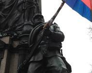 Nur noch Passivbewaffnung: Soldat am Siegesdenkmal