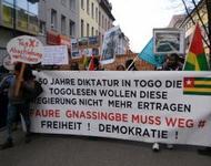 Protest auf der Straße in Freiburg - Transparent gegen Diktatur in Togo