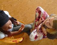 2 Schülerinnen bereiten eine Austauschreise vor