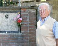 Volpe steht vor der Gedenktafel eines kurz vor Kriegsende getöteten Partisanen (2006)