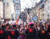 Gegenprotest wird von Polizei zwischen Martinstor und Bertholdsbrunnen aufgehalten