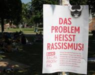 """Foto von Plakat im Stühlinger Park mit der Aufschrift """"Das Problem heißt Rassismus"""""""