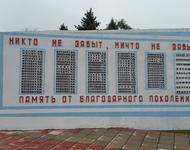 """Denkmal für die im 2. Weltkrieg gefallenen Bewohner des belarussischen Dorfes Motal bei Pinsk. Nach der Auflistung aller gerfallenen Rotarmisten und Partisanen folgen auf der letzten Tafel """"weitere 2000 friedliche Bewohner"""" - die verschwiegenen Schoaopfer"""