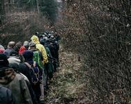 Menschen laufen durch herbstlichen Wald