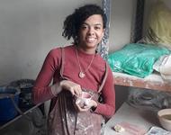 Die Freiburger Künstlerin Isabell Bapté mit einer ihrer Nippeltassen