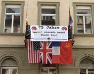 Fahnen der Alliierten Siegermächte über dem StuRa Freiburg (2020)