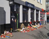 Blumen liegen vor der Shishabar Midnight, einem der Tatorte des rechten Anschlags in Hanau.
