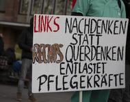 """Ein Schild mit der Aufschrift: """"Links nachdenken statt rechts Querdenken - Entlastet Pflegekräfte"""""""