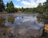 Durch Erdöl verschmutze Wasserlache im ecuadorianischen Regenwald