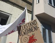 """Ein Schild mit einem Krebs, auf dem steht: """"Leerstand bewohnen"""""""