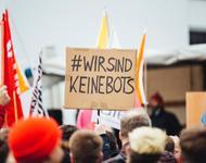 """Demonstrationen gegen Artikel 13. Zuvor wurden Gegner der Reform unter anderem als """"Bots"""" bezeichnet."""