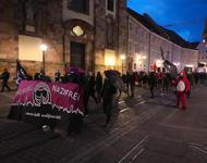 Eine antifaschistische Demo zieht über die Bertoldstraße.