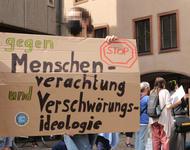 """Ein Schild mit dem Slogan """"Gegen Menschenverachtung und Verschwörungsideologie"""""""
